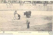 ANTIGUA POSTAL TOROS . VELASCO ENTRANDO A MATAR . TORERO . OLD POSTCARD CDCP175