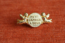 06550 PIN'S PINS ARTHUS BERTRAND CAPRICE A DEUX ANGES ANGELS PLAQUE OR
