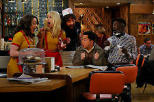 2 Broke Girls 8X10 on set with the cast