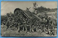 CPA-PHOTO: Soldats d'un régiment de chars de combat devant un char Renault FT-17