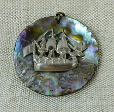 Ancien pendentif en nacre et métal argenté Décor de bateau BE
