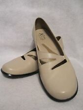 CLARKS CREAM  LEATHER  SLIP-ON / CASUAL  WOMEN'S  SHOES ~ SIZE 8 ~ EUC!!