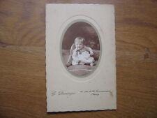 ENFANT BEBE ASSIS SUR CANAPE photographie DOMINGER NANCY 6X8 cm environ VINTAGE