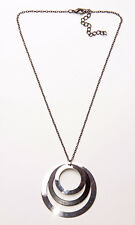60S INSPIRED DARK METAL NECKLACE W. 1 BLACK & 2 SILVER HOOPS, ADJUSTS 6CM (ZX40)
