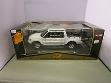MAISTO 1/18 PREMIERE EDITION WHITE FORD EXPLORER SPORT TRAC TRUCK NEW *READ*