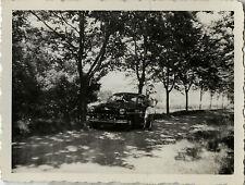 PHOTO ANCIENNE - VINTAGE SNAPSHOT - VOITURE AUTOMOBILE HOMME ARBRE - CAR 1949