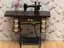 Treadle con ottoni macchina da cucire, DOLLS HOUSE miniatura 1:12 TH scala.