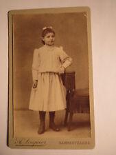 Rambervillers - stehendes Mädchen im Kleid - Stuhl - Kulisse / CDV