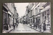 CPA. SOISSONS. 02 - Rue du Commerce. Journaux. Le Petit Parisien. Vachaux.
