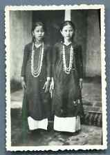 Vietnam, Fillettes posant  Vintage silver print.  Tirage argentique d'épo