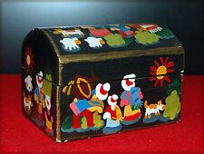 Petit coffre de table en bois à motif naïf peint