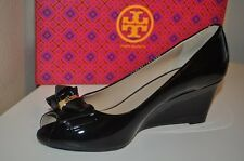 NIB $295+ Tory Burch Stacked Bow Peep Toe Wedge Shoe Gold Logo Black Patent Sz 9