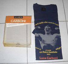 La T-shirt di LUCA CARBONI Ci vuole un fisico bestiale - Parole di cotone NUOVO