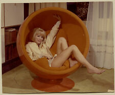 Photo couleur Mireille Darc - Ball Chair Eero Aarnio - Design
