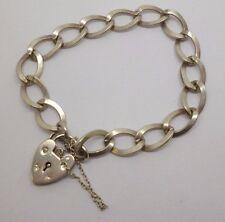 Esta es una hermosa pulsera de corazón de plata esterlina de Belcher