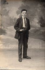 BL534 Carte Photo vintage card RPPC Homme mode fashion décor studio main poche