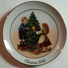 "Avon Christmas Plate Series 2nd Edition ""Keeping The Christmas Tradition"" 1982"