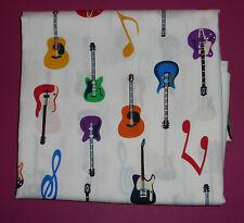 Metro de popelín de algodón Con Guitarras Y Notas Musicales en colores primarios en marfil