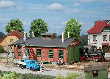 11355 Auhagen HO Kit of a Narrow gauge engine shed with gantry crane - NEW