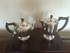 LOVELY SILVER PLATED TEA & COFFEE POT ON A ROUND RAISED FOOT. VINERS (REF 190)