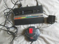 ATARI 2600 « JUNIOR » CONSOLE - TRAVAIL BUNDLE AVEC MANETTE QUICKSHOT