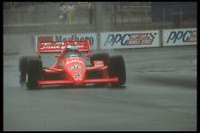 273048 une voiture indy sur des pneus pluie combats pour la traction en un tour A4 papier photo