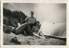 PHOTO ANCIENNE - VINTAGE SNAPSHOT - GROUPE COUPLE PLAGE AMOUREUX CAMPING -LOVERS