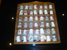 42 CHINA/PORCELAIN COLLECTORS THIMBLES UK LOCATIONS IN A WOODEN RACK ALL PERFECT