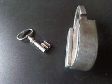 Ancien grand cadenas , fer  forgé  XIX eme, avec sa clé