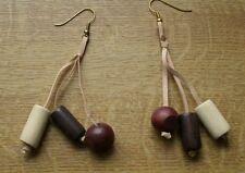 Gioielli INDIANI. orecchino di legno. chiusura con gancio.