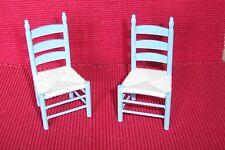 zwei Küchenstühle in hellblau mit gewebter Sitzfläche Miniatur 1:12 Puppenhaus