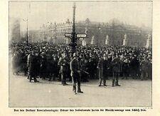 Berliner Revolutionstage 1918  Ordner Soldatenrates halten Menge vom Schloß fern