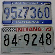 """2 Nummernschilder USA """"Indiana mit Fackel und eines mit Rennwagen"""". 13188."""