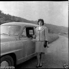 Portrait femme Voiture ancienne - Négatif photo ancien an. 1960