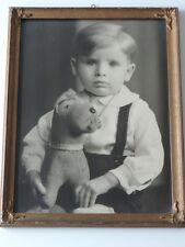 ALTES GROßES  FOTO PORTRÄT KIND JUNGE HUND SPIELZEUG  GERAHMT VERGLAST 44 X 34
