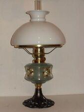 alte Petroleum Tisch Lampe, Gusseisen. Messing, Glas bemalt, mit Schirm, um 1910