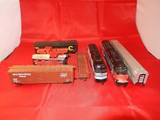 8 HO SCALE MODEL TRAIN CARTS + 2 LOCOMOTIVES