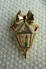 VINTAGE GERRY'S GOLDTONE CHRISTMAS VICTORIAN STYLE STREET LAMP CANDLE BROOCH PIN