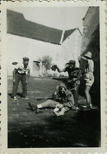 PHOTO ANCIENNE - VINTAGE SNAPSHOT - GROUPE BAGARRE GAG BLAGUE DRÔLE - FIGHTING
