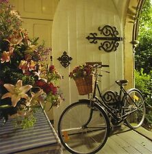 quadratische Postkarte: Fahrrad mit Blumenkorb an der Haustü - bicycle - velo