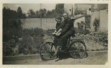 PHOTO ANCIENNE - VINTAGE SNAPSHOT - VÉLO COUPLE BICYCLETTE DRÔLE - BIKE BICYCLE