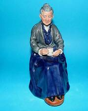 ROYAL DOULTON ornament Figurine 'The cup of tea'  HN2322 1st Quality