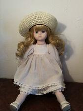 """Jolie poupée de porcelaine """"les poupées de Carine """" avec sa boite d'origine"""