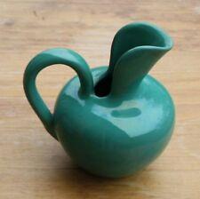 Vase Kanne grün Aufkleber mit springendem Hirsch Buchstaben in den Ecken VHP