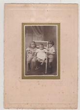 PHOTO ANCIENNE ENFANTS-UN BEBE et son PETIT FRERE assis/UN GARCONNET à leur côté