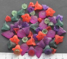 56 x  mix of lucite/plastic beads 10/20 mm 25 gms.  FESTIVE FLOWERS . Pack 32