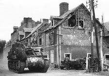 WWII Photo US Soldiers and M7 Priest in Carentan Normandy World War 2 WW2 / 1177