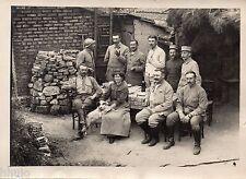 C185 Photographie vintage original groupe famille militaire jardin table bois