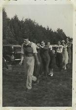 PHOTO ANCIENNE - VINTAGE SNAPSHOT - JEU FARANDOLE QUEUE LEU LEU DANSE DRÔLE 1934