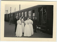 PHOTO ANCIENNE - TRAIN COMMUNION MARIAGE MODE HUMOUR - GROUP - Vintage Snapshot